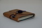 <h5>Liseuse cuir chic et carnet blanc</h5><p>Une belle liseuse et son carnet tons bleu et marron. </p>