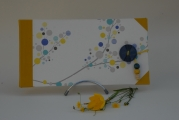 <h5>Carnet à l&#039;italienne</h5><p>Carnet cousu, cuir jaune d&#039;or et coins. Papier décor japon et bouton bleu, élastique jaune pour fermeture, coordonné.</p>