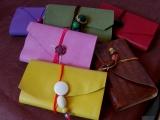 <h5>Les petits carnets blancs et liseuse cuir</h5><p>des petits carnets avec liseuse cuir, à glisser dans le sac, ou la poche...</p>