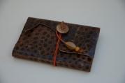 <h5>Liseuse cuir imprimé et carnet blanc</h5><p>Cuir imprimé et carnet coordonné. bouton bois et perles de bois</p>