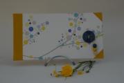 <h5>Carnet à l'italienne</h5><p>Carnet cousu, cuir jaune d'or et coins. Papier décor japon et bouton bleu, élastique jaune pour fermeture, coordonné.</p>