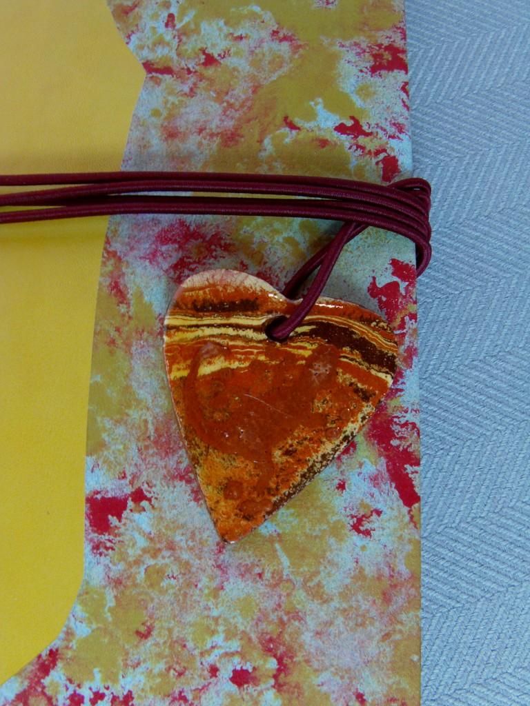 Coeur céramique sur livre de poète
